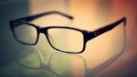 okulary leżące na stole